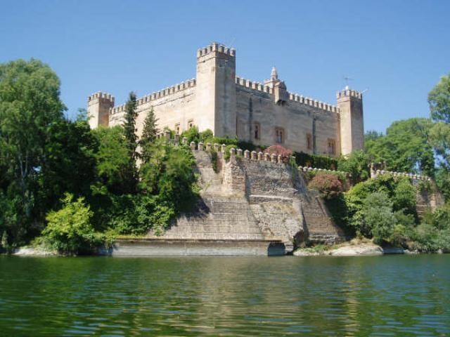 CASTLES OF SPAIN - Castillo de Malpica, Toledo. Se encuentra al norte   de la provincia de Toledo, en la margen izquierda del río Tajo. Construido sobre una antigua   fortaleza árabe del siglo X, existen datos de su existencia desde el año 1307, cuando eran sus   propietarios la familia Gómez de Toledo. En 1420 fue lugar de refugio del infante Juan de Castilla (futuro rey Juan II de Castilla ) en su   huida de los infantes de Aragón que pretendian secuestrarle.