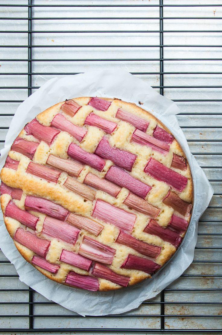 Dieser Rührkuchen mit Rhabarber gelingt jedes Mal und ist allseits beliebt! #Rührkuchen #Rührteig #Rhabarber #schneller #Kuchen