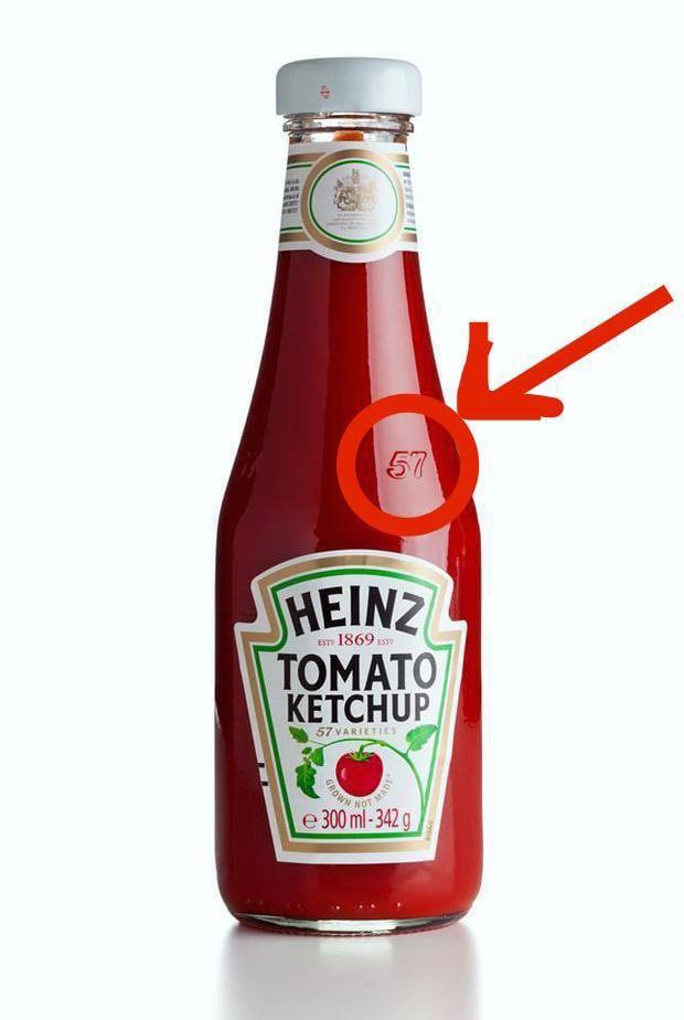 """Die einfache Begründung: Laut Heinz ist dies der """"Sweet Spot"""" dieser Art Ketchup-Flasche. Tippst du mit den Fingern darauf, dann kommt der Ketchup viel leichter raus. Und ich meine, jeder kennt dieses Problem. Aber meistens schlagen wir immer hinten drauf."""