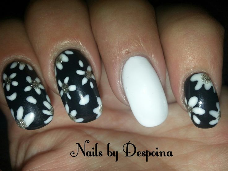 Black & white nails flowers