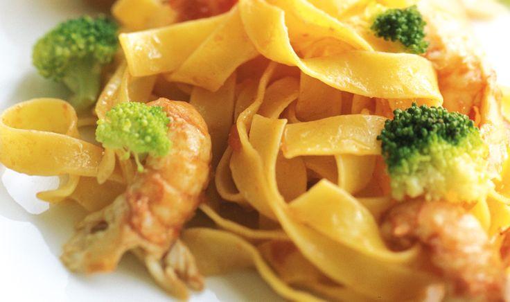 Fettuccine all'uovo con broccoli, pinoli tostati e gamberi di fiume De Cecco ti propone le migliori ricette di pasta direttamente dalle cucine dei più grandi Chef Italiani
