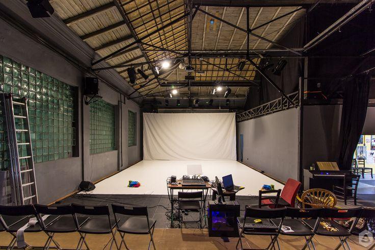 """Centrul Replika din Str. Lânăriei 93-95 este axat pe proiecte teatrale cu relevanță socială, proiecții de filme cu impact educațional, artă participativă, ateliere, dezbateri, întâlniri cu profesori, educatori teatrali și inițiatori de proiecte culturale multidisciplinare.   Acesta este unul dintre spațiile regăsite în viitoarea listă de teatre ce va fi publicată pe FEEDER.ro, articol care face parte din campania """"hub cultural Cinema / Teatrul de vară CAPITOL""""."""