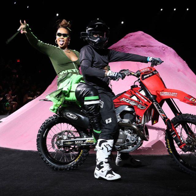 Inspirada en el racing #Rihanna creó una colección de colores vibrantes y confirmó que el athleisure se lleva bien con los tacones Los momentos imperdibles? Su llegada a bordo de una moto y #AdrianaLima cerrando el desfile (: @wwd) #FentyxPuma #GraziaFrontRow #SS18  via GRAZIA MEXICO MAGAZINE OFFICIAL INSTAGRAM - Fashion Campaigns  Haute Couture  Advertising  Editorial Photography  Magazine Cover Designs  Supermodels  Runway Models