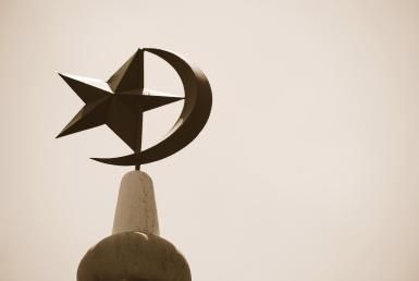 Is the crescent moon a symbol of Islam?: Crescent moon and star atop a mosque in Singapore