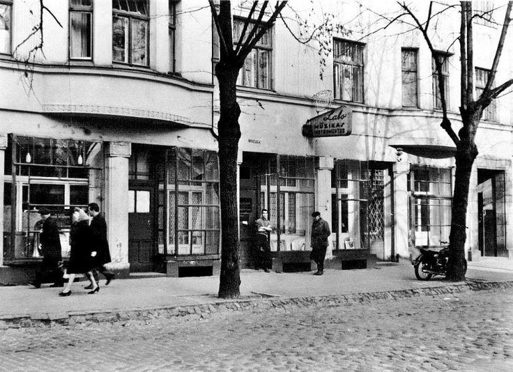 1966. gads, Tērbatas iela 59/61, mūzikas instrumentu remontdarbnīca un tolaik pazīstamais tās darbinieks Jakovs Neihauzens.