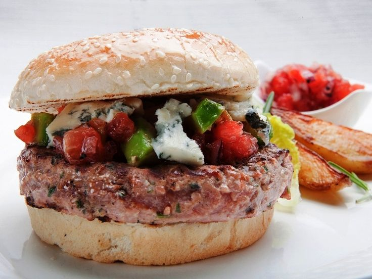 Hamburger z kurczaka z kolendrą i chili  oraz salsą pomidorową z awokado Konrada Birka