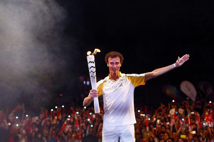 Emanuel acende pira olímpica e encerra tour da tocha por Curitiba #globoesporte