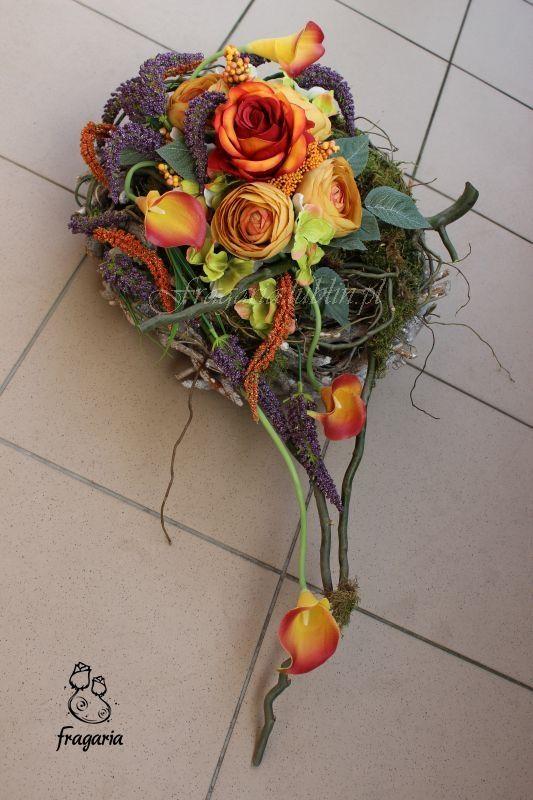"""Kilka dni temu (oczywiście z dwudniowym opóźnieniem) przewróciłam kartkę w kalendarzu... Na tle pięknego krajobrazu jesiennych przebarwionych drzew, napis : """"Abyście tylko potrafili położyć kwiaty ..."""