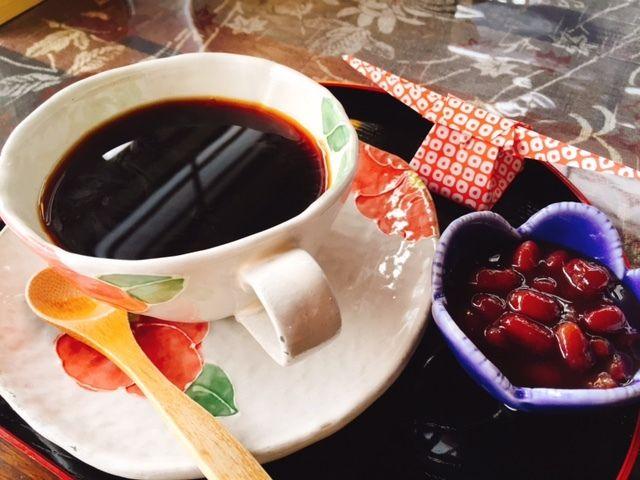鳥取県倉吉市赤瓦白壁土蔵群 カフェ久楽の砂糖の代わりに煮あずきを入れる石臼珈琲。石臼で珈琲豆を挽く体験もwできます。