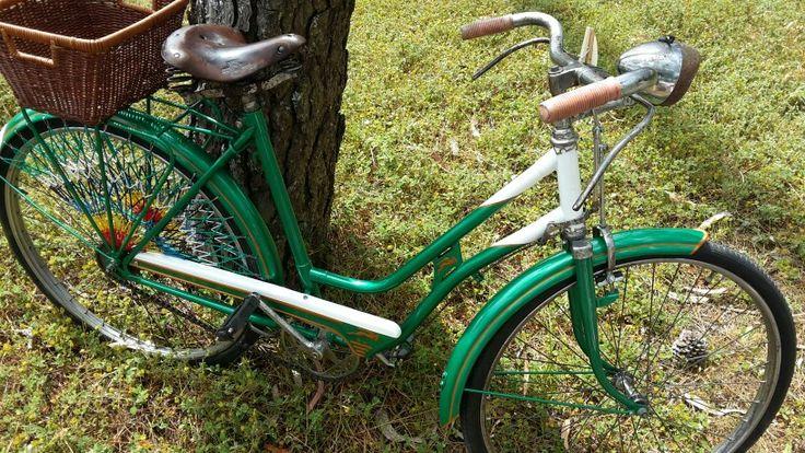 Hoy quería hablaros de uno de mi hobbies, las bicicletas antiguas!! Esta es una de las que vi la semana pasa y es igual a la que estoy restaurando. Me encanta!!! :)