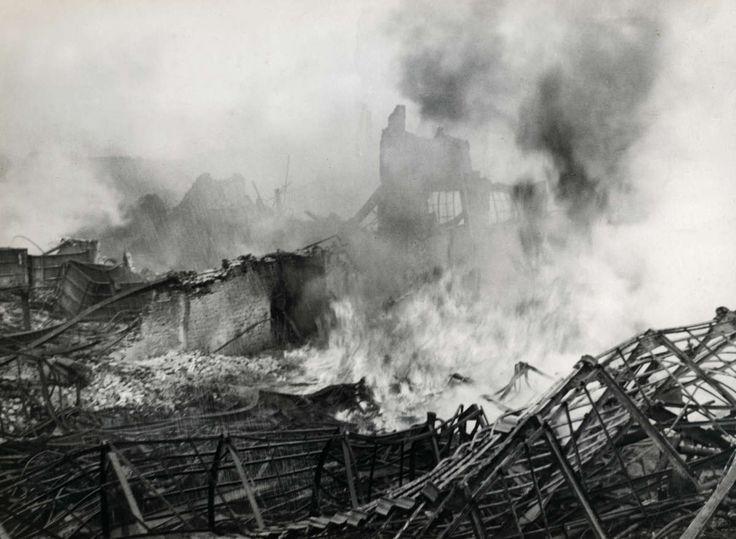 Brand. Rook, schroot en halve muren zijn de resten van een kaarsenfabriek na een grote brand. Gouda, Nederland, 1936. - Geheugen van Nederland