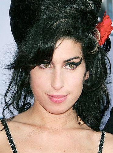 Amy foi encontrada morta na sua casa, no bairro de Camden Square, em Londres. Tinha apenas 27 anos de idade e estava preparando o seu terceiro disco. Overdose ou suicídio, são as hipóteses. Os trau…