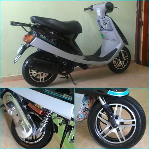 """La mona vestida de seda"". (Zapatos nuevos para ella) #HayQuePasolaMami #Yamaha #Jog #FineSelection #3KJ #ArtisticSpec #Scooter #StickerBoom #iLoveMi3KJ #Pasola #Artística #Mi3KJ #Moto #Ride #Biker #MiniMoto #2Stroke #2T #50cc #Topaka #HighQualityParts #Motorcycle #RhinoMotoParts #Rims #ILoveYamaha #SálvenseQuienPueda #Fresh #Passola #PasolaRacing #Nita"