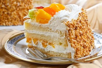 Ciasto z bitą śmietaną i brzoskwinią... Mniam!!!