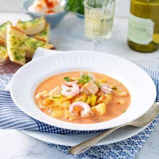 Fisksoppa med chiliaioli och vitlöksbröd