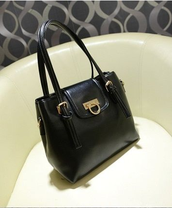 B335 BLACK  Price 206.000 IDR  Style: Shoulder bag/Handbag Colour: black, tosca Material: PU Leather PU features: soft surface Bag Feature: buckle Handle Type: Single/Double with strap Height: 24 cm Length: 32 cm Depth:  12 cm Weight: 880g