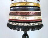 Lampe avec abat-jour paillettes, velours et fourrures. Chic, glamour ! : Luminaires par isadora-bella