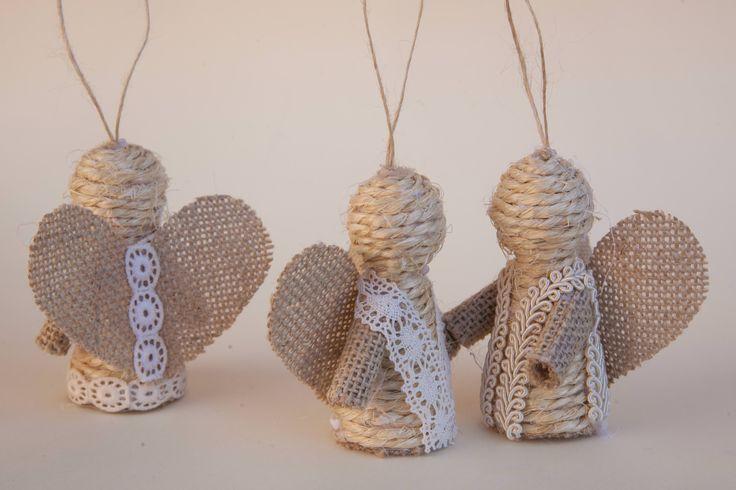 Instrucciones detalladas y fotografías para hacer angelitos de cuerda y arpillera para colgar del árbol de Navidad.