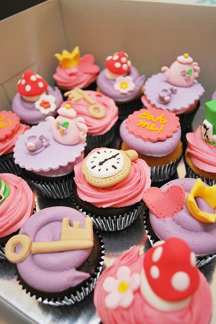 Alice in Wonderland Cupcakes: Wonderland Cupcakes, Theme Cupcakes, Alice Wonderland Cakes, Alice And Wonderland Cakes, Cupcakes Toppers, Alice In Wonderland, Alice Cupcakes, Parties Ideas, Cupcakes Rosa-Choqu