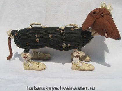 Купить или заказать Такса для двоих в интернет-магазине на Ярмарке Мастеров. Собачка каркасная, 100% ручная работа, в том числе ботинки, шляпа, чемоданные ручки. Стеклянные глязки с кожаными веками и ресницами. Винтажные кружева.