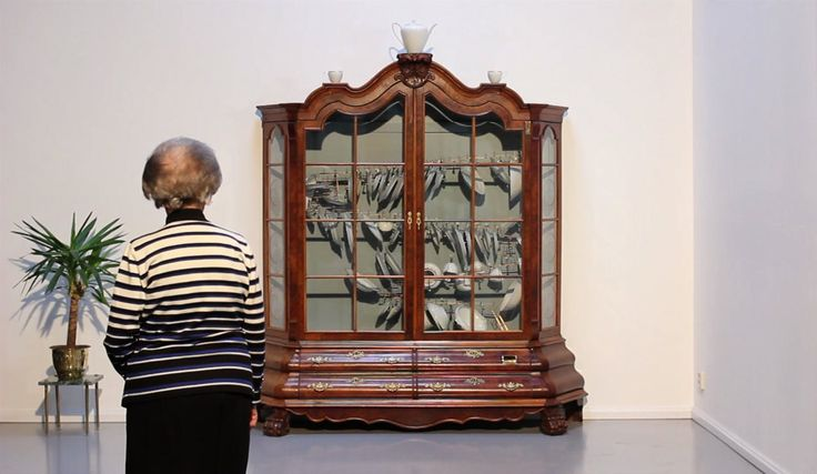 Музыкальный сервант с фарфоровой посудой Jelle Mastenbroek \ Creative  Креативный инсталлятор из Голландии Йелле Мастенброк (Jelle Mastenbroek) создал необычный музыкальный автомат, а точнее сервант «Великолепный кредитор» (англ. - Splendour lender).