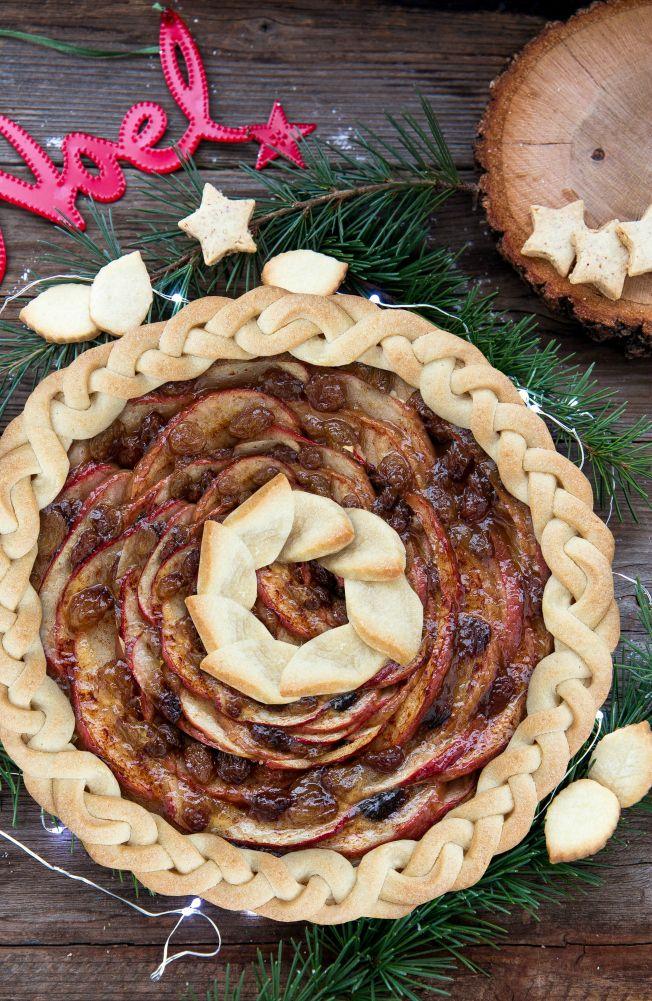 Crostata con mele, uvetta e cannella. Pie crust, apple pie