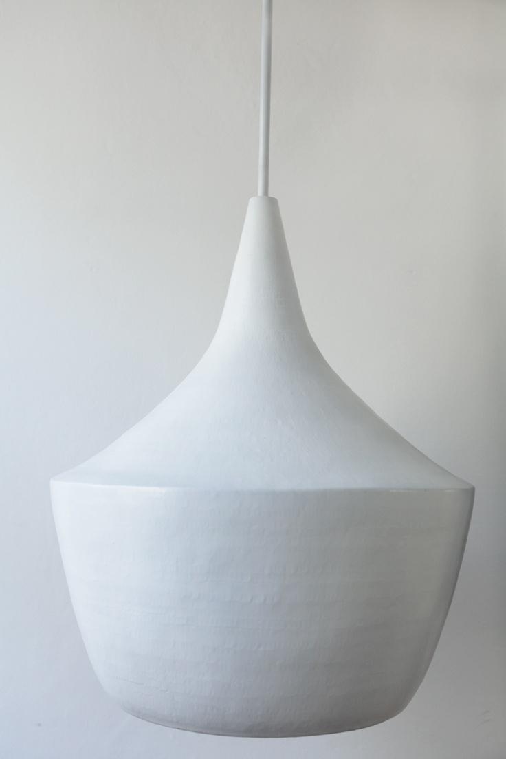 Witte lamp / hanglamp uit de collectie van MindfulHome. De lamp is van koper en koperkleurig aan de binnenkant.