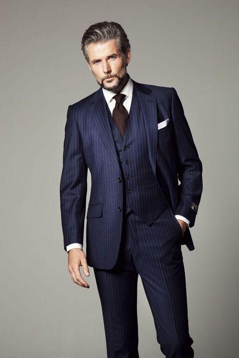知的さを漂わす紺のストライプスーツ <ビジネスマン スタイルのファッション コーデ集>