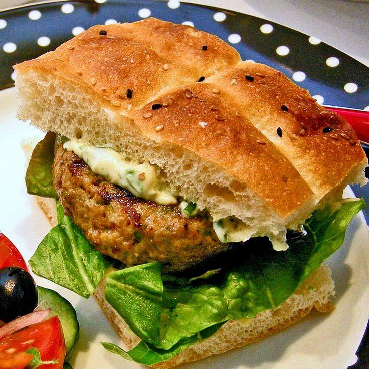 Griekse hamburgers op Turks brood met kruidige knoflookmayonaise. Deze hamburgers zijn het lekkerste vers van de barbecue! Regent het? Gril ze dan in de grillpan!