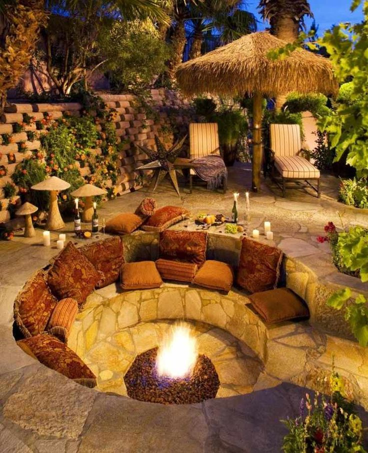 gemütlicher Sitzplatz un eine gesenkte, runde Feuerstelle