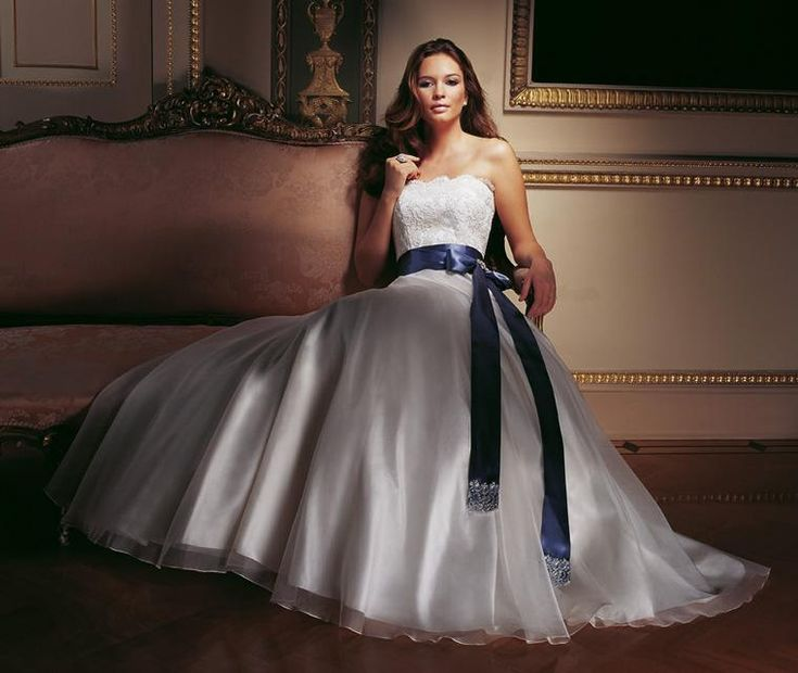 Beautiful  Dazzling wedding gown with strapless corded lace bodice, organza skirt, sash and lace beaded and diamante cluster brooch.