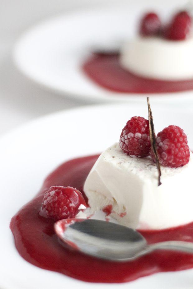 Panna cotta é um sobremesa típica da gastronomia Italiana, mais precisamente da região de Piedmont, que significa literalmente nata cozida. É feita a partir de natas, açúcar e gelatina, que pode ser acompanhada com compotas ou fruta fresca.