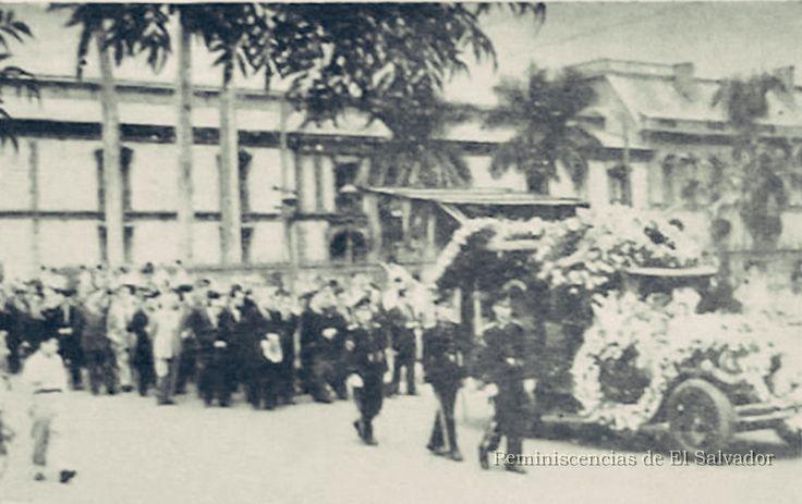 1955, Cortejo Fúnebre del Maestro Francisco Gavidia, saliendo de la Universidad de El Salvador. Francisco Gavidia, (San Miguel, 1863 - San Salvador, 1955)
