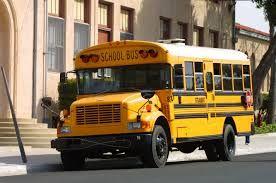 ik zie dat de schoolbus de leerlingen ophalen en af brengen naar school en huis. ik zie het geklier en het gepraat voor in de bus.