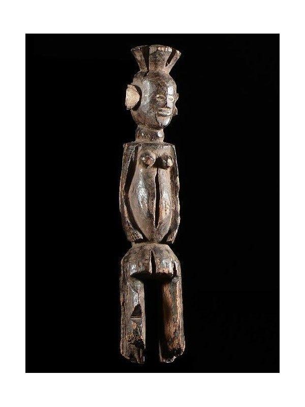 Les statues Chamba sont rares et leur utilisation reste méconnue. Souvent couvertes d'une épaisse patine, elles servent à rentrer en communication avec les esprits. Leur forme reprend certaints traits des statuettes Mumuyé, proches voisins, tels que le torse immense et de petites jambes courtes en zig-zag. D'autres ethnies très proches (Karim, Wurkum, Jukun...) reprennent aussi des traits Mumuyé ce qui rend notre attribution Chamba incertaine.