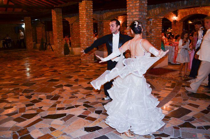 http://www.lotusdance.ro/dansatori-evenimente/ Dansatori profesioniști