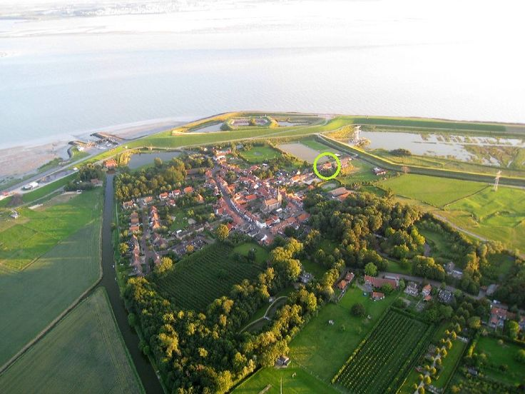 Vakantiehuis Zuid-Beveland / Zeeland Ellewoutsdijk   Deltahof huren. Vakantie in Ellewoutsdijk betekent een mooie uitvalsbasis voor wandel- of fietstochten in het weidse landschap over o.a. de bloemdijken in Zuid-Beveland. Op 6 km afstand is het zandstrandje van Baarland.   Goes (17 km) en de historische stad Middelburg (25 km) zijn zeker een bezoek waard. Vlissingen bereikt u binnen 25 minuten en is ideaal voor een dagje strand.