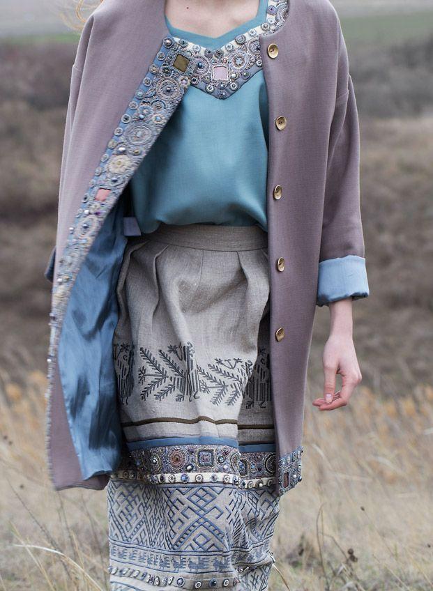 Кафтан цвета какао, блуза с фигурным вырезом и юбка из льняной коллекции.