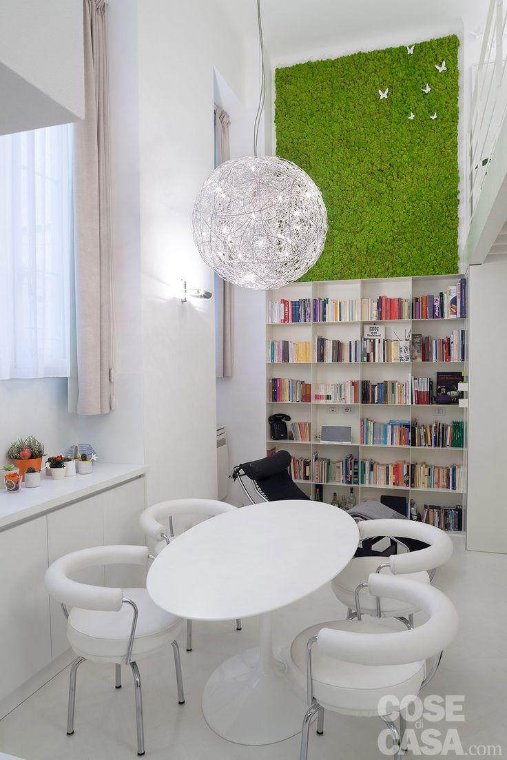 Dal pavimento al soffitto, una candida monocromia avvolge a 360 gradi il volume…