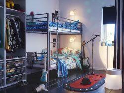 シルバーカラーの2段ベッドにそれぞれブルーと、ホワイト/マルチカラーのベッドリネンを合わせた子供部屋。床にLEDライト付きのラグを敷いてステージ仕立てに。