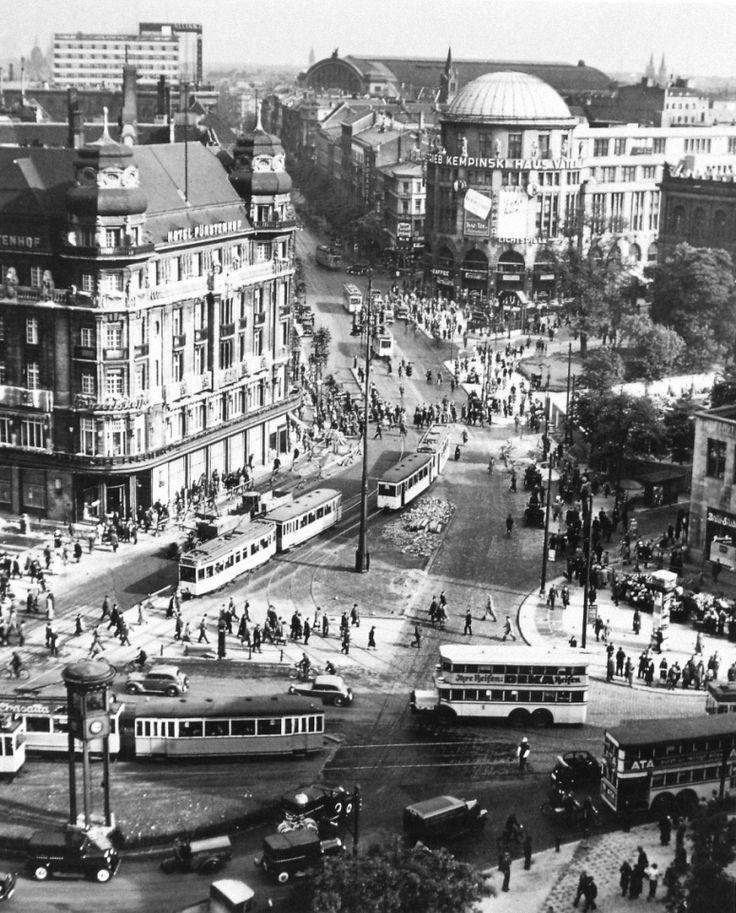 Gewusel auf dem Potsdamer Platz. Links, das Hotel Fürstenhof. Berlin, 1935. o.p.
