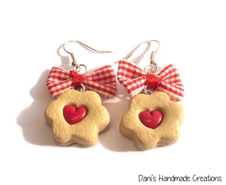 ● Bracciale con catena di seta rossa, fiocco rosso, cupcake con panna   e fragola, biscotto con cuore ripieno di marmellata, biscotto re...