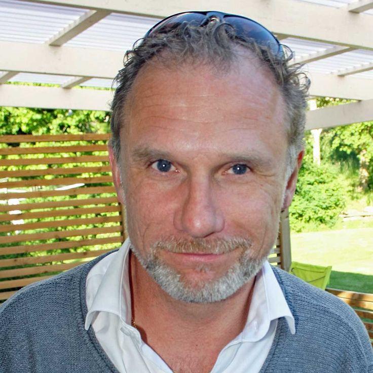 Magnus R Lindgren, poet och copywriter i avsnitt 017 av Poetpodden. Han läser dikter om längtan, ger goda råd, skrivtips och tipsar om poeter du ska läsa.