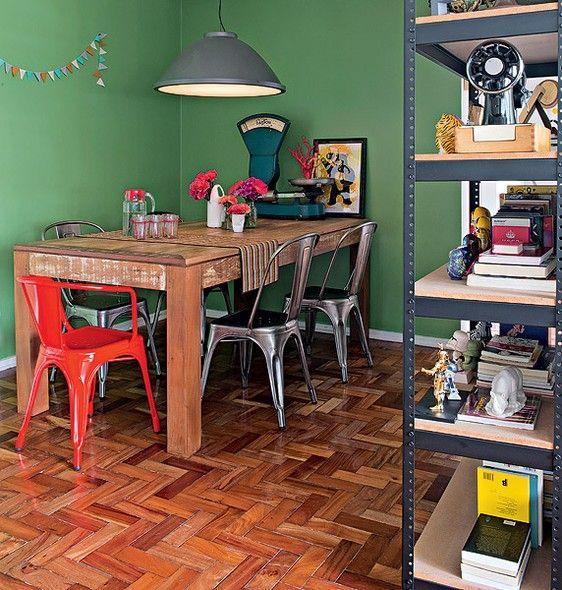 Como não vale a pena trocar os revestimentos, invista em aplicações de verniz ou resina para pisos de madeira desgastados. Projeto da designer de interiores Vitoria Parasmo