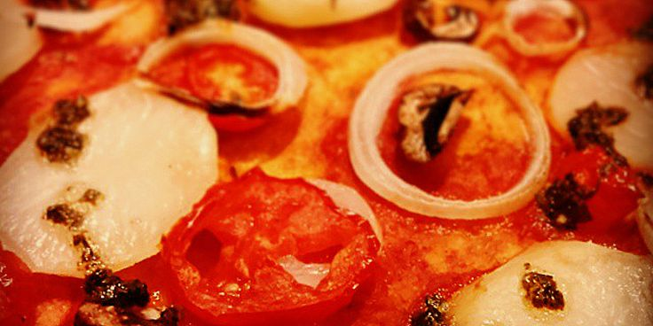 Kartoffelpizza med basilikum-øer