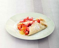 Crespelle alla vaniglia con fragole e crema di nespole