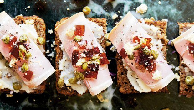 Smørrebrød er så dansk som noget. Rugbrød med godt pålæg og pynt i generøse mængder er det, der skal til, men i de senere år er der dukket en ny variant af det klassiske smørrebrød op – nemlig smushi. Her får du en smagsprøve.