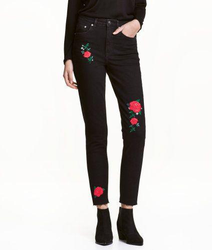 Siyah/Güller. Yıkanmış kottan, 5 cepli, işlemeli, yüksek belli, hafif geniş paçalı, paça ağızları kesik ve işlenmemiş kenarlı pantolon.