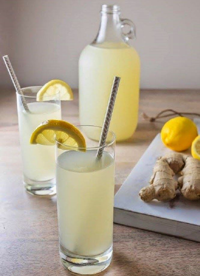 Jengibre con agua de limón para dietas reductoras: Licúa un trocito de jengibre fresco (aprox. 5 cm.) con el agua (para un vaso grande); luego cuela el resultado y agrega el jugo de un limón. Tomar inmediatamente. Toma la bebida de agua, limón y jengibre a primera hora en la mañana para limpiar el hígado y reducir el apetito. Bébela tantas veces al día como desees. Ocho vasos al día ayudan a mantener el cuerpo hidratado. Esta práctica puede ayudar a iniciar una dieta al reducir el apetito.