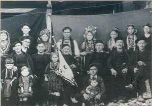 Βλάχικος γάμος στη πρώτη Σερρών το 1944. Το φλάμπουρο, χωρίς το οποίο δεν γινόταν γάμος , έχει την πρωτοκαθεδρία. Πολύ αντιπροσωπευτικές της ηλικίας τους οι φορεσίες των καθήμενων γερόντων.